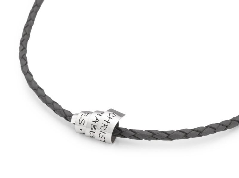 Männerkette aus Leder mit Schriftrolle aus Silber mit Gravur