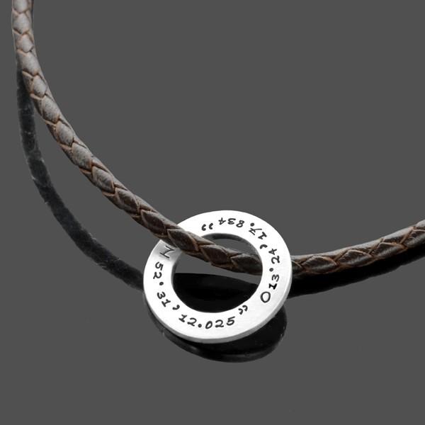 Maennerkette-mit-Koordinaten-GEO-RING-MEN-Leder