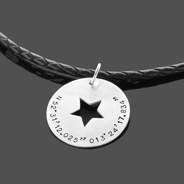 Herrenkette mit Gravur, Anhänger für Männer aus Silber mit Koordinaten, Lederkette